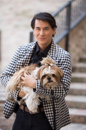 MISSION POSSIBLE James Duval con un cane Shih Tzu 333